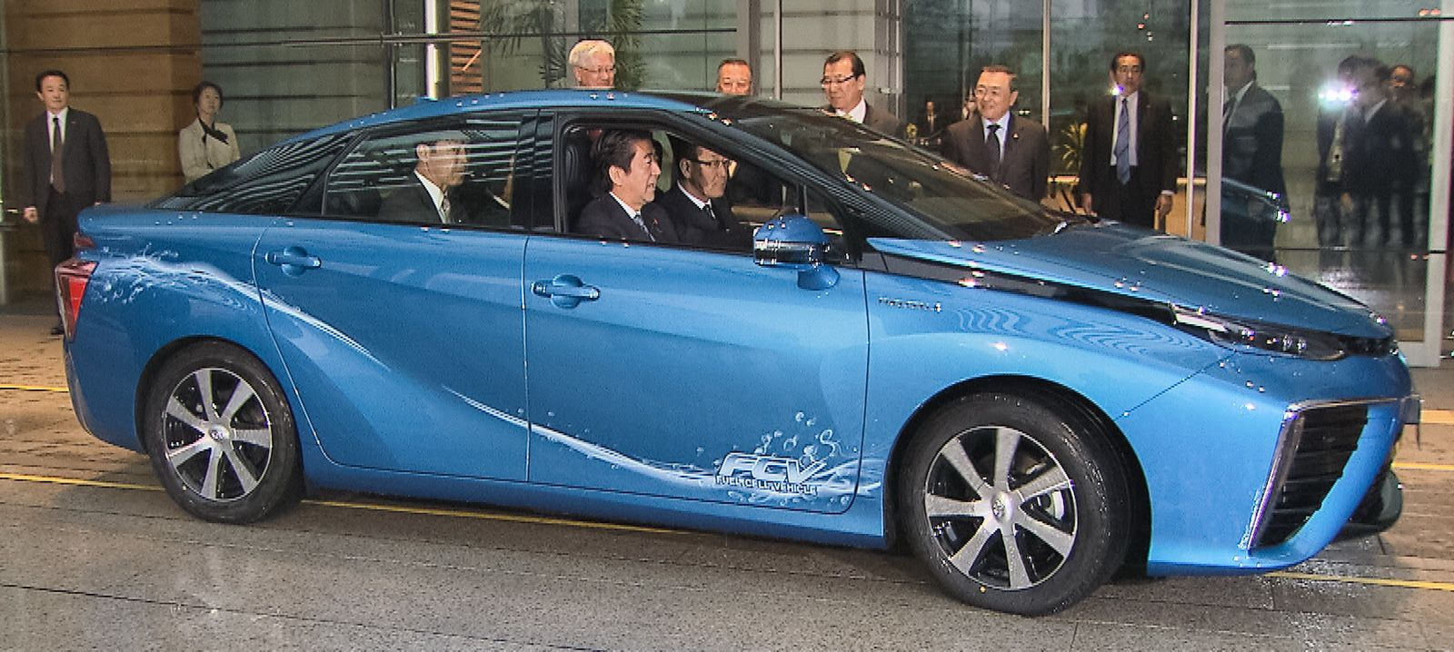 First Toyota Mirai delivered to Japanese Prime Minister